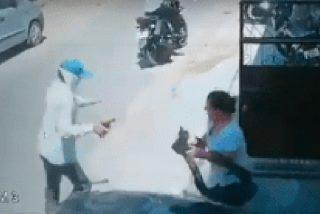 El caco de la moto intenta atracar a la mujer equivocada