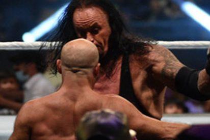 """Goldberg colapsa tras el duro combate con The Undertaker, en el que sufrió una conmoción al """"noquearse"""" a sí mismo"""