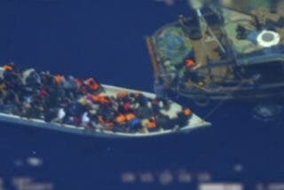 Mira cómo abandonan las mafias a los inmigrantes en medio del mar para que sean rescatados por Europa
