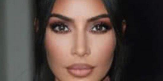 Así se broncea la gordita Kim Kardashian para que no quede ninguna línea blanca sobre su desbaratado cuerpo