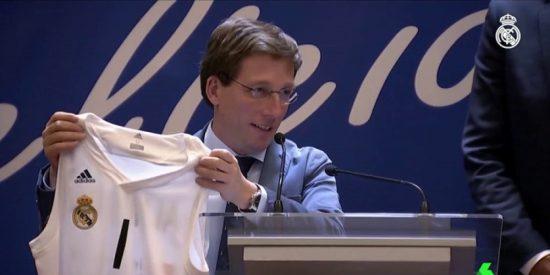 El mal trago de Martínez Almeida, alcalde 'colchonero' en la fiesta del Real Madrid