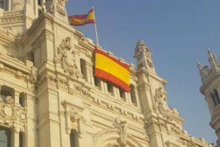 El Ayuntamiento de Madrid despliega la bandera de España en su fachada, como pidió VOX