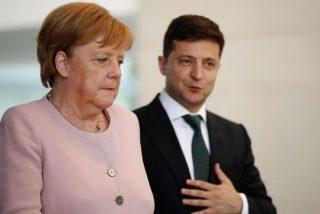 Alemania se estremece al ver las imágenes de Angela Merkel visiblemente temblorosa durante un acto oficial