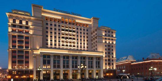 La fachada asimétrica del Hotel Moscú, junto al Kremlin.