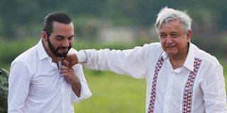 Momento en que López Obrador le da un guantazo 'accidentalmente' en la cara a Nayib Bukele