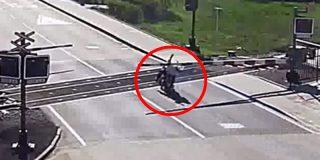 Un motero cae sobre las vías y lo salvan por los pelos antes de la llegada de un tren