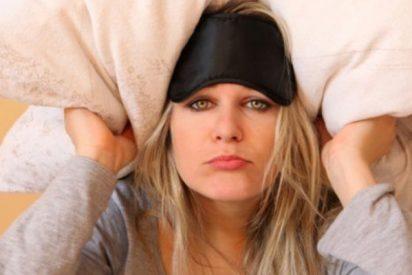 ¡Las mujeres que duermen con la luz o la televisión encendida son más gordas!