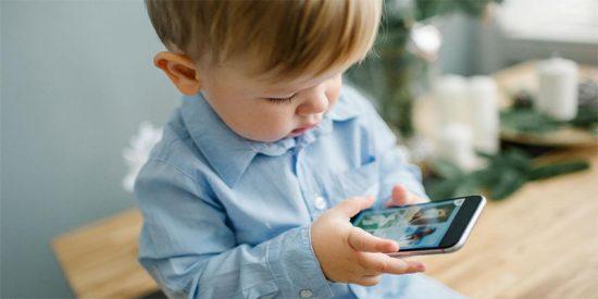 ¡Darle el teléfono a un niño para que esté callado tiene estas gravísimas consecuencias!