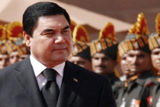 La prueba de que el presidente de Turkmenistán practica el tiro al blanco montado en bicicleta
