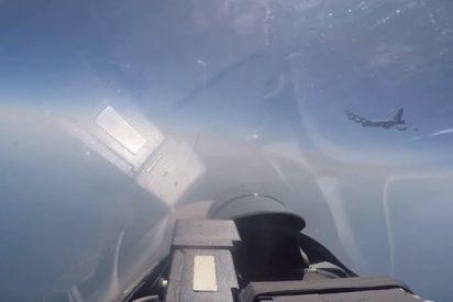 Momento exacto en que un Su-27 ruso intercepta a un bombardero de EE.UU. cerca de las fronteras de Rusia