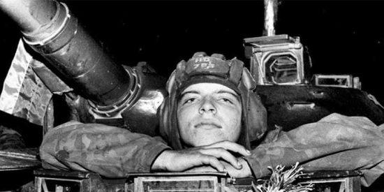 Un joven tanquista del Ejército Rojo fgrente al Parlamento, en agosto de 1991.