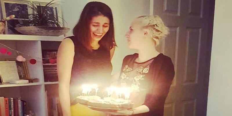 ¡Pide una tarta de su cantante favorita y al descubrir el pastel se encuentra esto!