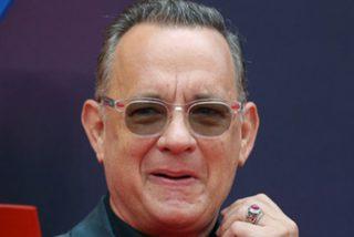 Tom Hanks acepta este reto de Jimmy Kimmel y 'manga' en una tienda de recuerdos ante los ojos de todos