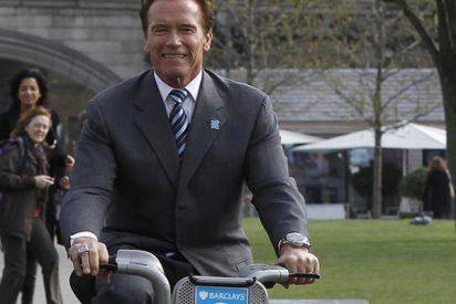 Guardaespaldas amenaza con una pistola eléctrica a un ladrón que trata de robar la bicicleta de Arnold Schwarzenegger