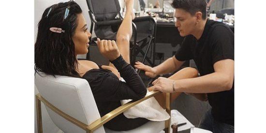 Así se abre de piernas Kim Kardashian para que le maquillen el 'guachipandusi'