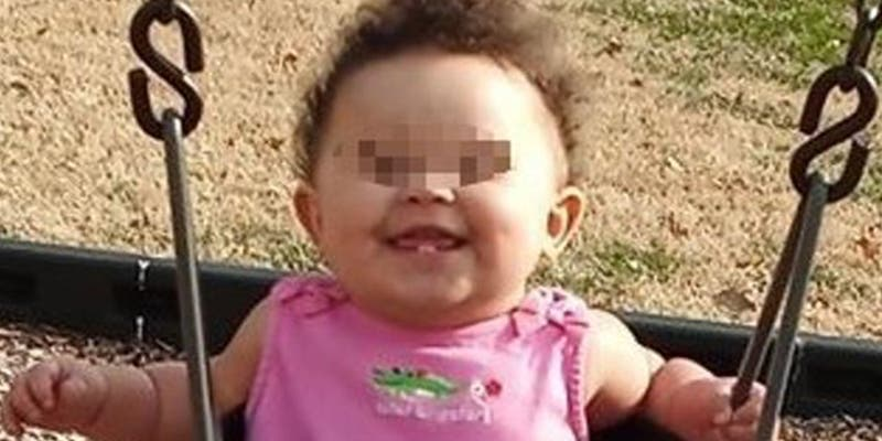 Esta bebé muere tras quedarse 16 horas sola dentro de un coche