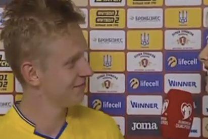 Este futbolista del Manchester City besa en directo a una periodista después de la victoria de su selección
