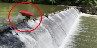 El impresionante 'salto mortal' de este kayakista para caer tranquilamente desde un dique
