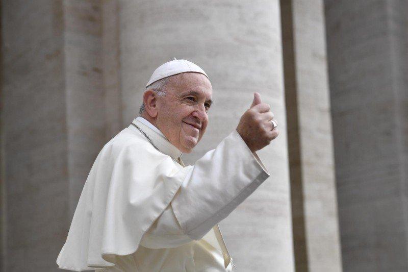 El papa Francisco 'repara' la versión en inglés del 'Padrenuestro' porque confundía a Dios con el demonio