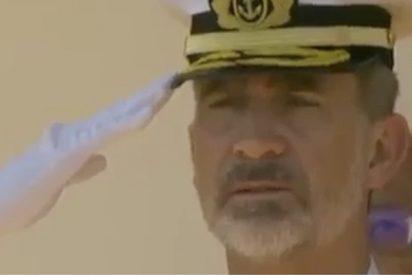 El cabreo que no disimula Felipe VI por el mal izado de la bandera de España