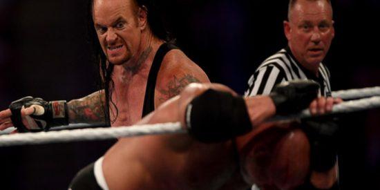 """Goldberg """"se noquea"""" a sí mismo en el combate contra The Undertaker en Arabia Saudita"""