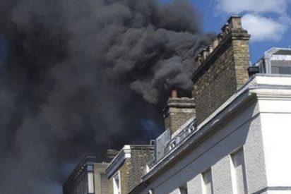 Brutal incendio forma una gran columna de humo en el centro de Londres