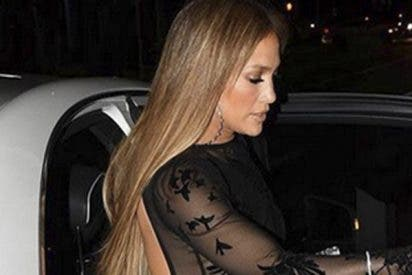 Jennifer López enseña todo con este vestido transparente