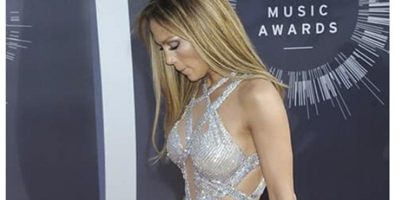 Jennifer López nos enseña su depilado 'guachipandusi' en un descuido con este vestido mínimo