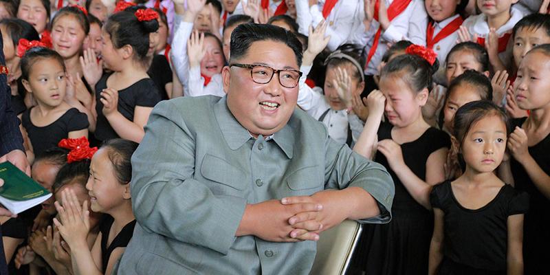 Medios norcoreanos difunden esta ilustrativa foto de Kim Jong-un riéndose en medio de niñas llorando