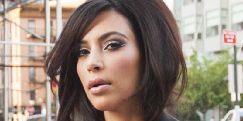 El celulítico trasero de Kim Kardashian se traga literalmente este bikini de hilo