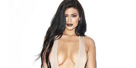 ¿Por qué Kylie Jenner posa casi desnuda a cada momento y luego se baña vestida en el mar?
