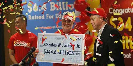 Un jubilado gana 344 millones de dólares en la lotería gracias a su nieta y a una galleta de la suerte