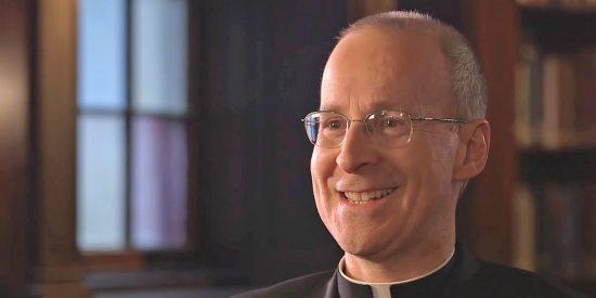 Un asesor del Papa felicita a sus 'amigos LGBTQ' por el 'Mes del Orgullo'