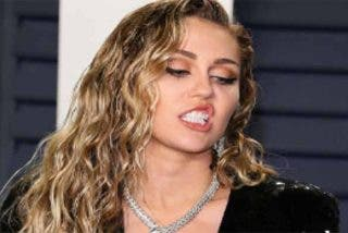 A Miley Cyrus parece que la viste Stevie Wonder