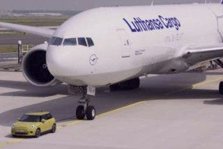 ¡Un Mini Cooper eléctrico remolca a un Boeing 777!