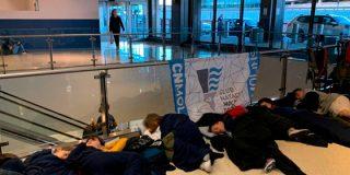 United Airlines deja a 15 niños españoles durmiendo en el suelo del aeropuerto de Newark