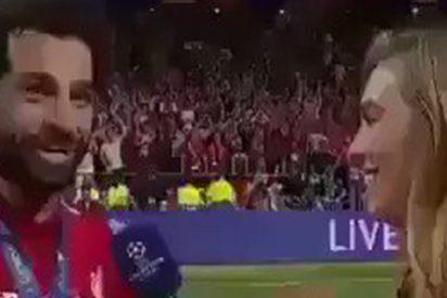 Mohamed Salah vive un momento incómodo al pensar que una periodista iba a robarle un beso