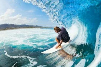 Insólita propuesta de matrimonio: Surfeando una gran ola, pero el anillo se cae al agua