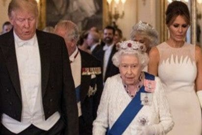 Trump se pasa por la peluca, otra vez, el protocolo real británico y toca a la reina Isabel II