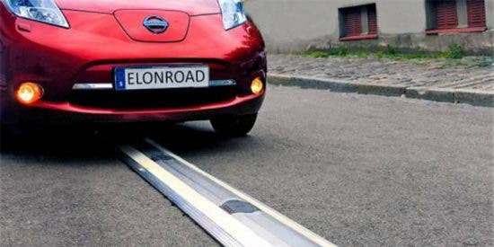 Esta calle recarga los coches eléctricos mientras circulan