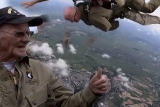 Este veterano de 97 años se tira en paracaídas en Normandía en el mismo lugar que lo hiciera hace 75 años