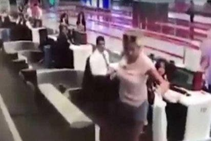 Esta mujer decide entrar al avión subiéndose a la cinta transportadora junto con las maletas