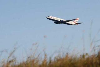 British Airways realiza este aterrizaje 'rozando' a los turistas que se encontraban cerca observando los aviones