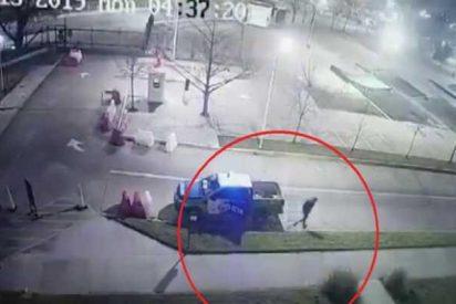Este preso escapa así de un coche policial mientras los agentes dormían