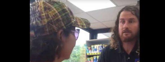 Este empleado de una gasolinera en EEUU hace comentarios racistas contra unas clientas latinas