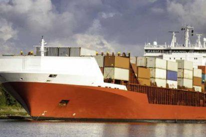 Este barco fuera de control provoca la caída de una grúa en la terminal de carga