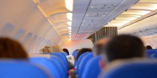 Un viajero le pide a una chica que deje de hablar español, y varios pasajeros reaccionan así...