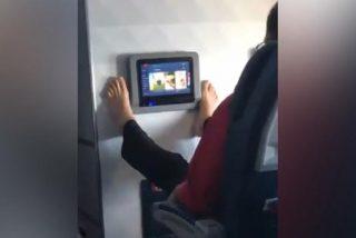 Este pasajero utiliza los dedos de los pies para usar la pantalla táctil del avión, y se hace viral