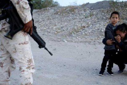 La imagen de esta mujer llorando de rodillas junto a su hijo ante un agente mexicano conmueve al mundo