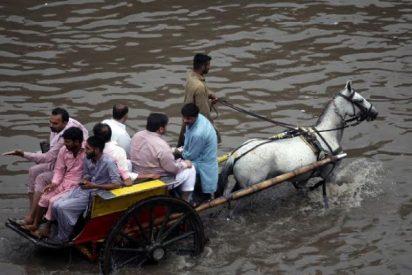 Este periodista habla con el agua al cuello sobre las inundaciones que sufre Pakistán